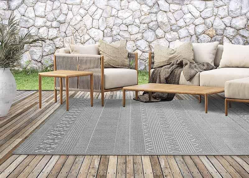 Outdoor Teppich von the carpet unter Sitzgruppe auf Holzboden