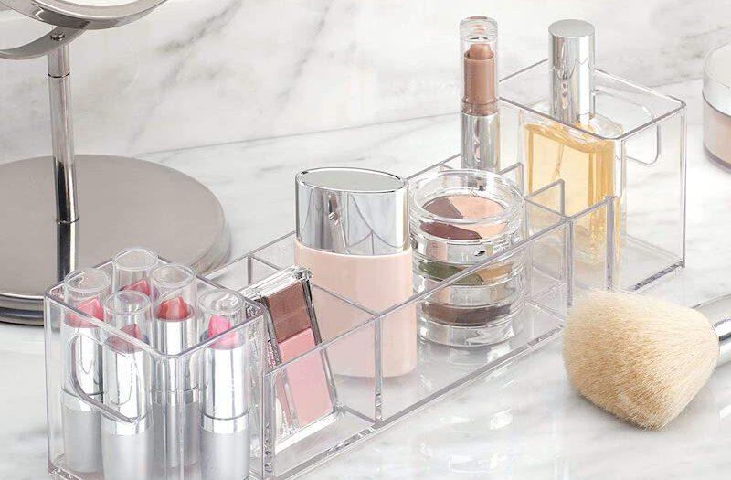 Kosmetik im Organizer im Badezimmer